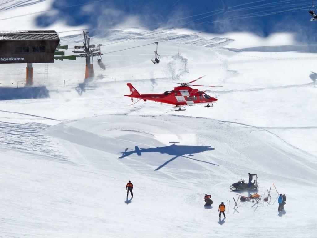 Rettungshubschrauber im Schweizer Skigebiet im Einsatz