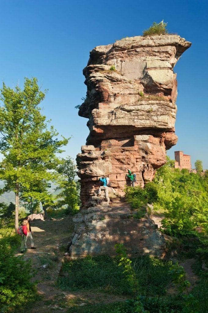 Kletterer an der Ruine der Burg Anebos