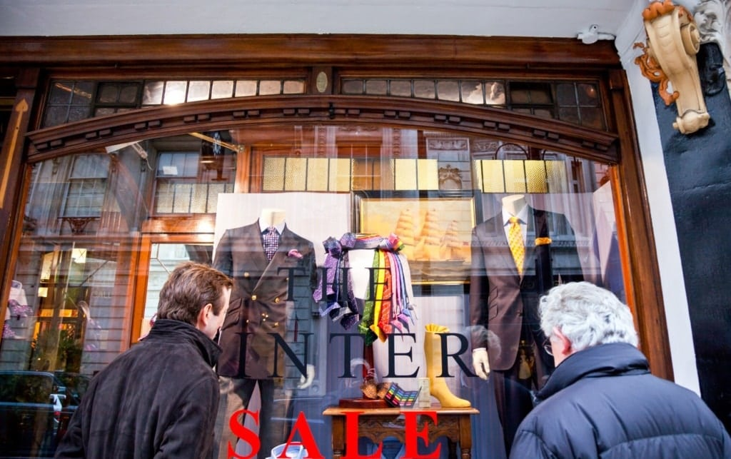 Passanten betrachten das Schaufenster der Turnbull & Aster Filiale in London