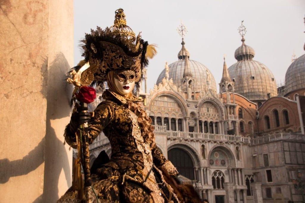 Maskierte Frau im Karneval in Venedig