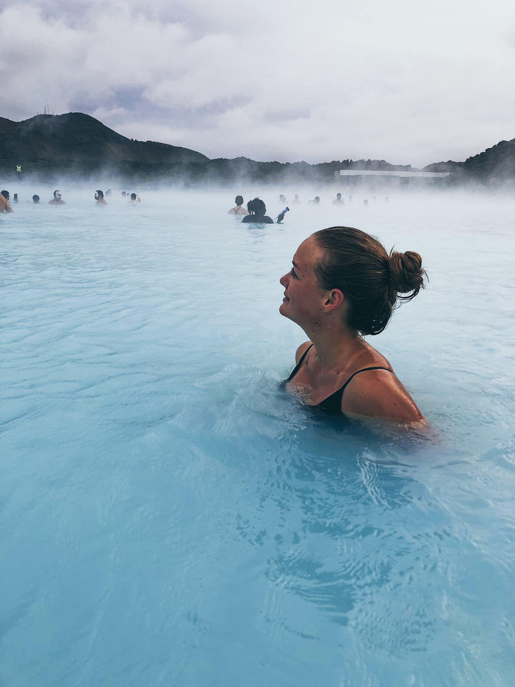 Redakteurin Linda Ruckes in der blauen Lagune in Island