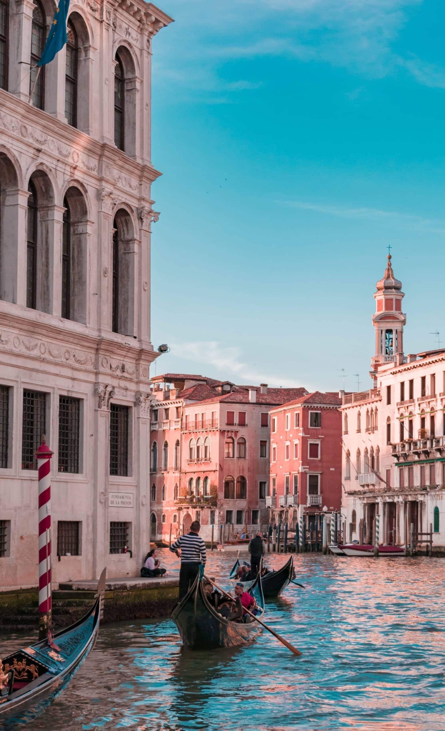 Gondelfahrt durch die Kanäle von Venedig, Italien
