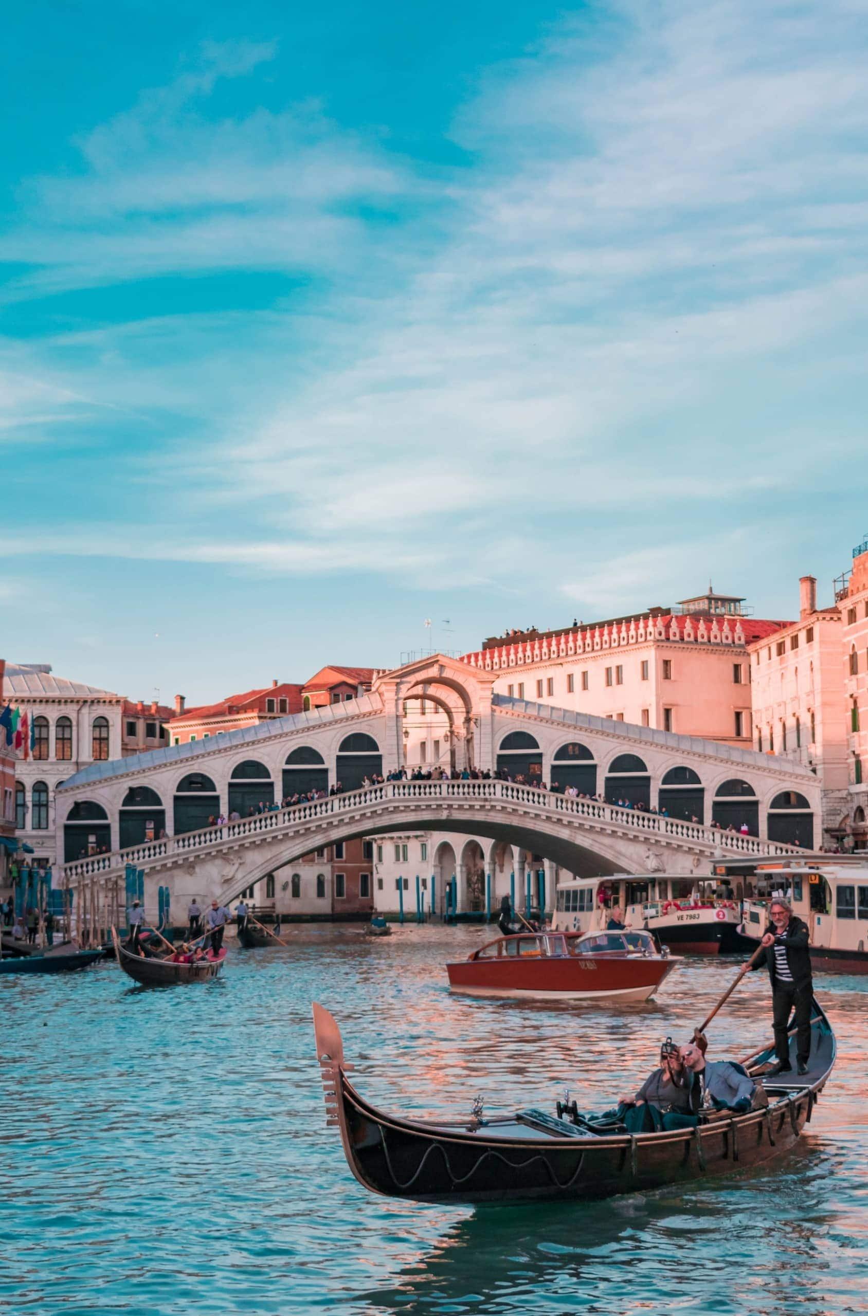 Venezianische Gondel auf dem Kanal vor der Rialto-Brücke in Venedig