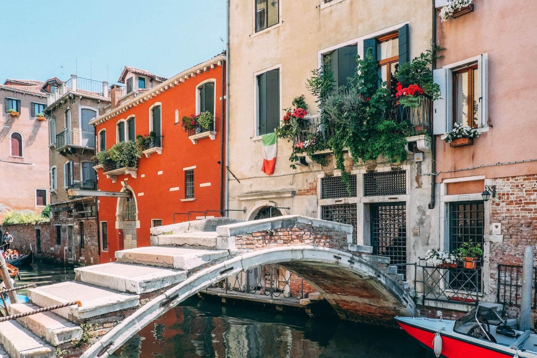 Kleine Brücke in Seitenstraße in Venedig, Italien