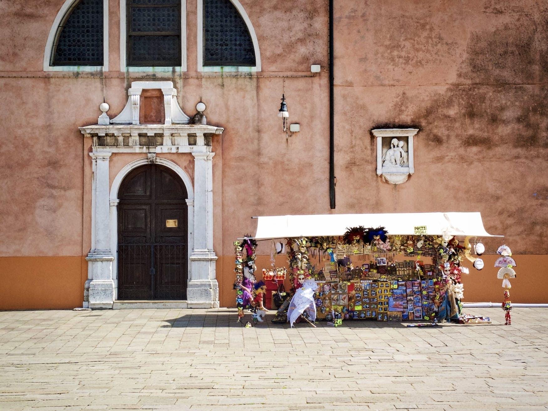 Kleiner Straßenstand auf Platz in Venedig