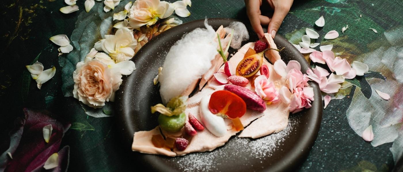 Gericht wird mit Blüten angerichtet