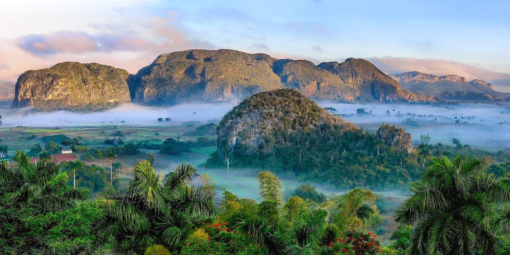 Blick auf die markanten Felsen im Viñales-Tal auf Kuba