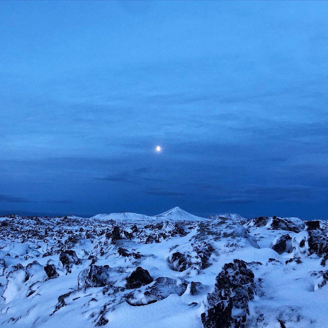Unterwegs durch Eis und Schnee in Island ist @fraumuksch. Noch bei Mondschein nach dem Frühstück loslaufen und die Stille genießen. #icelandtravel #iceland🇮🇸 #outdooradventures #outdoor_project #welivetotravel #reportervorort