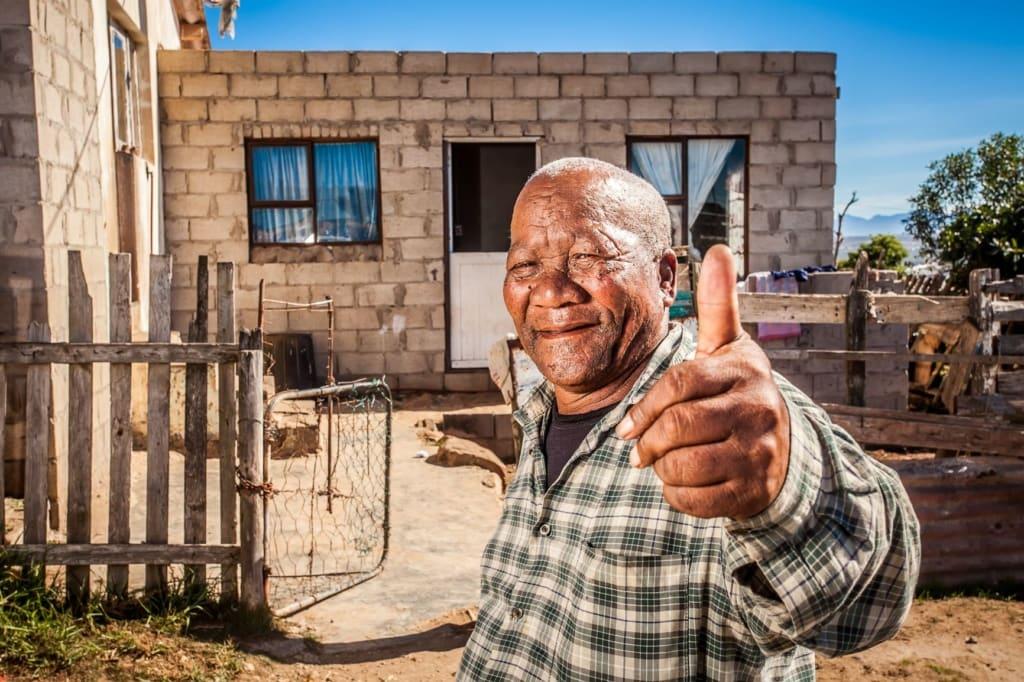 älterer mann in afrika hebt daumen