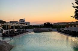 Sonnenuntergang über dem Pool-Horizont im Parilio Design-Hotel auf der griechischen Insel Paros