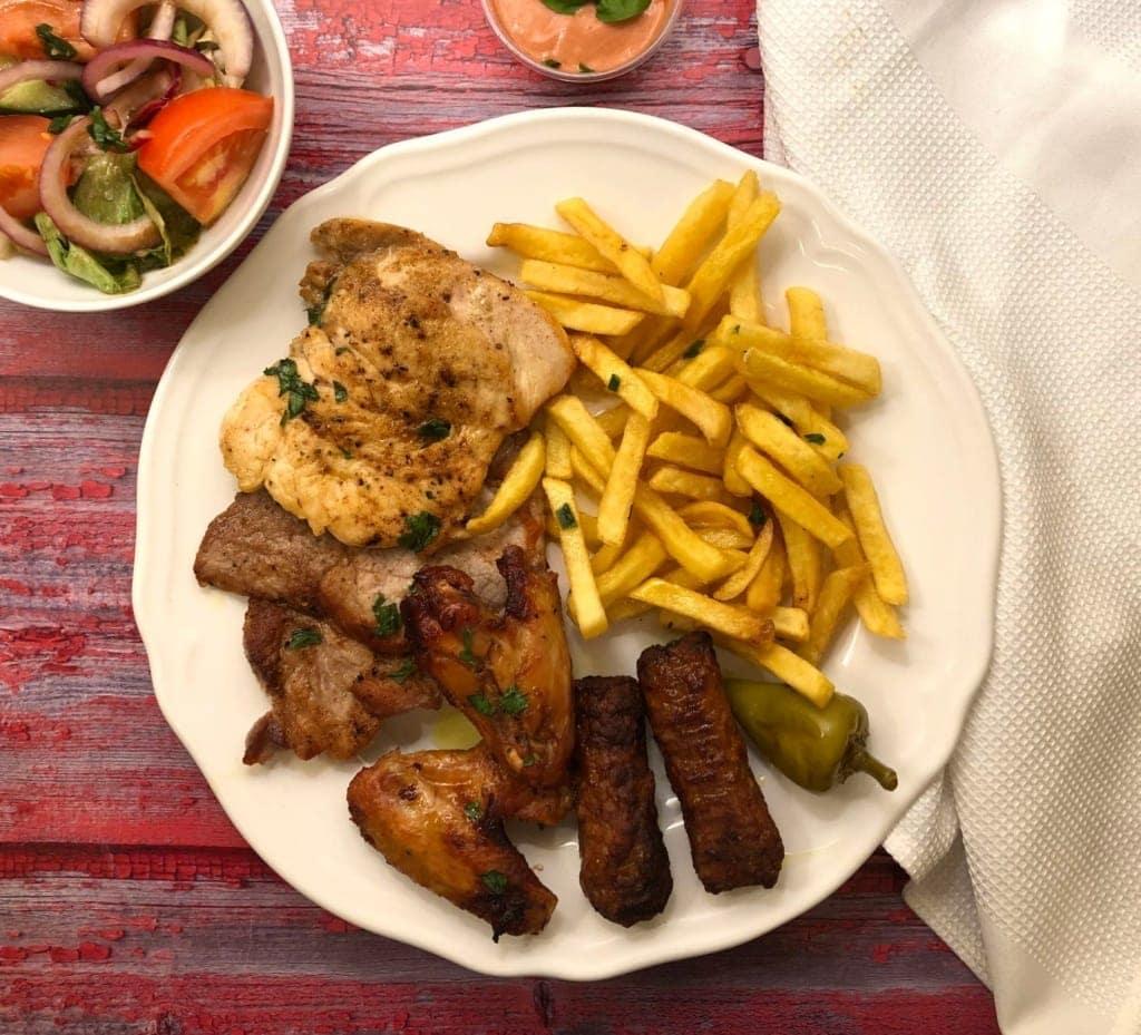 Cevapcici-Teller mit Pommes und Fleisch