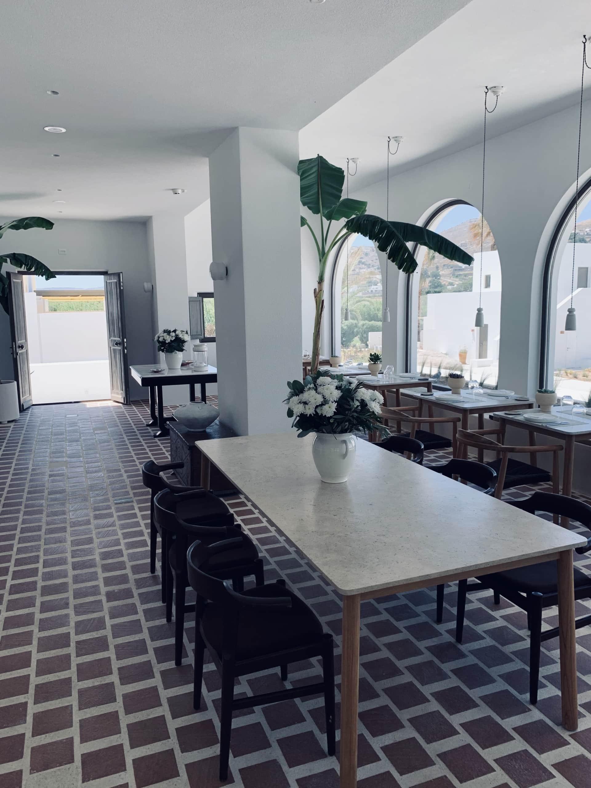 Durchgestylter Frühstücksraum im Parilia-Designhotel auf Paros