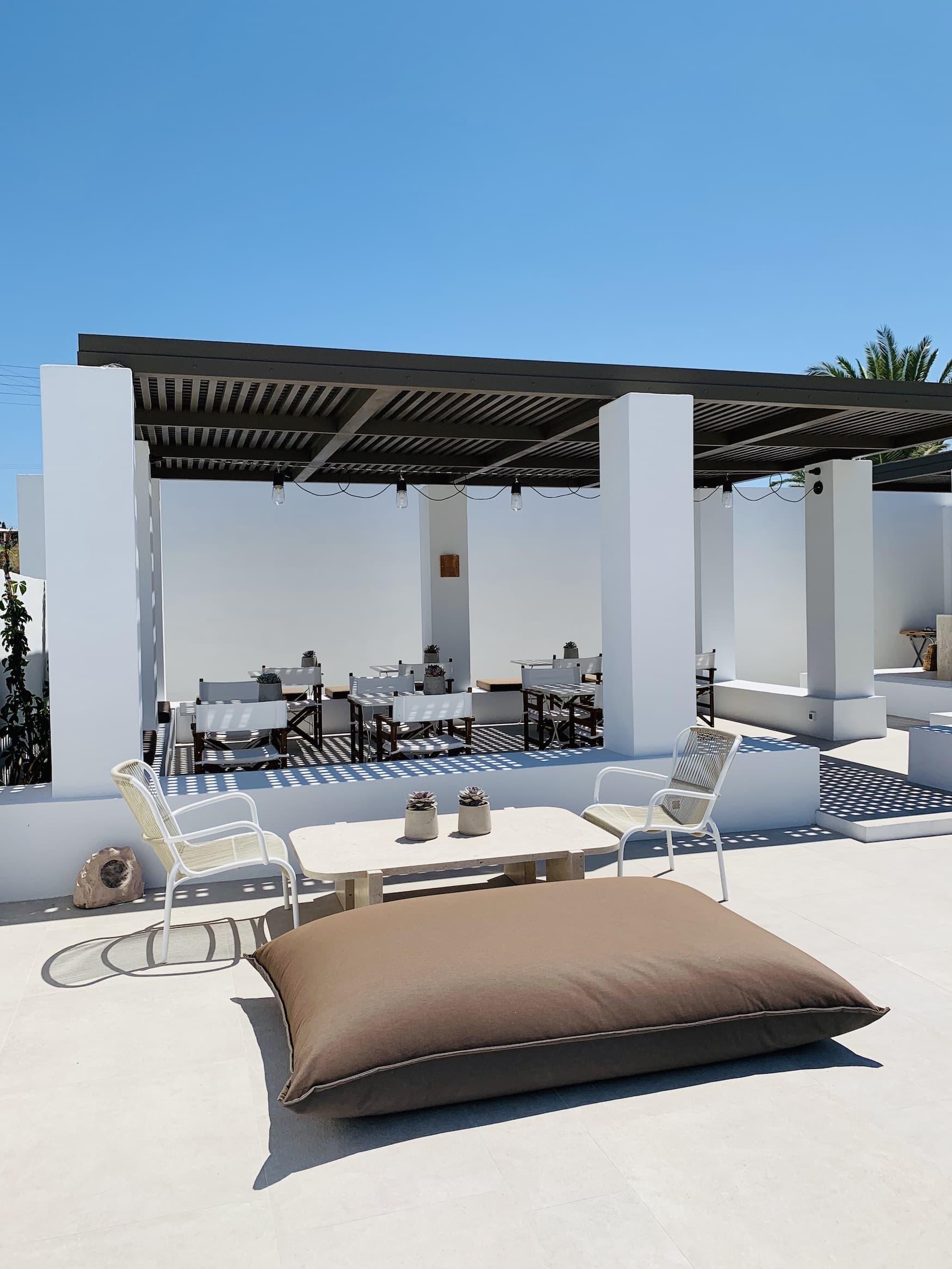 Sonne satt am Pool im Parilia Hotel auf Paros