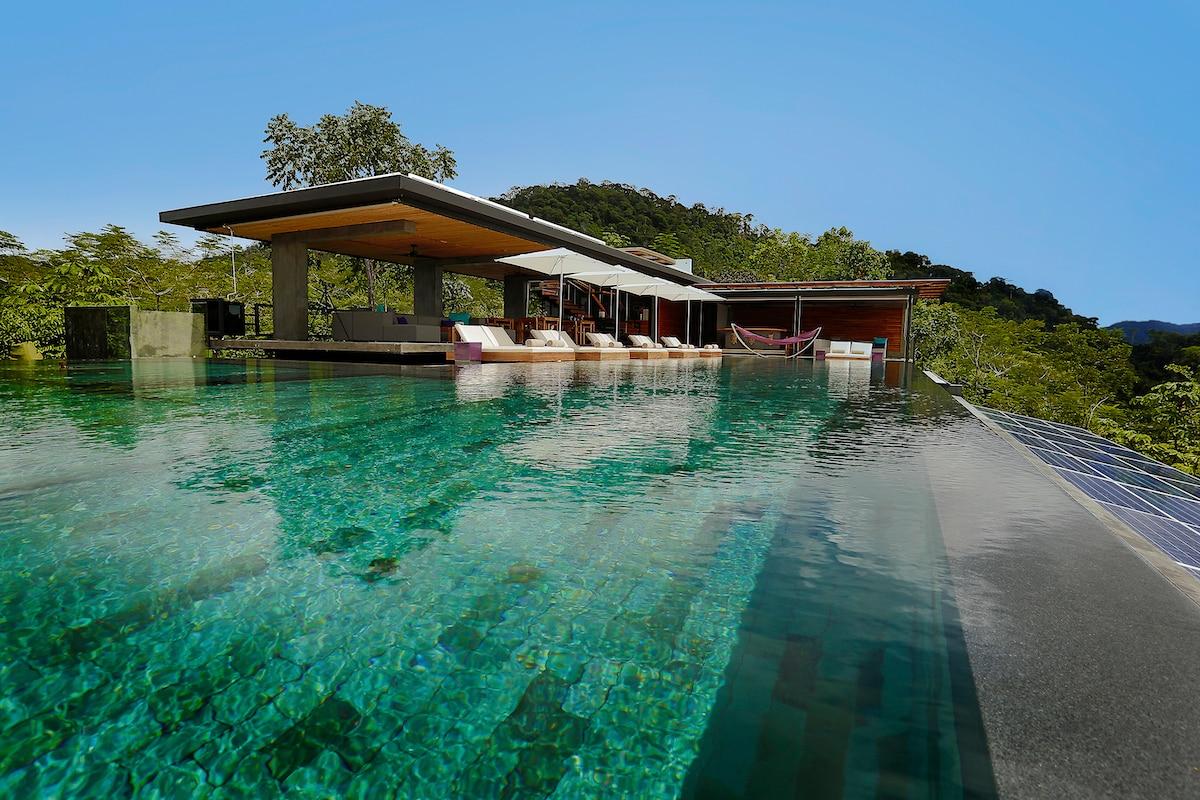 Blick über den Infinity-Pool auf die Bar des Kura Hotels in Uvita, Costa Rica
