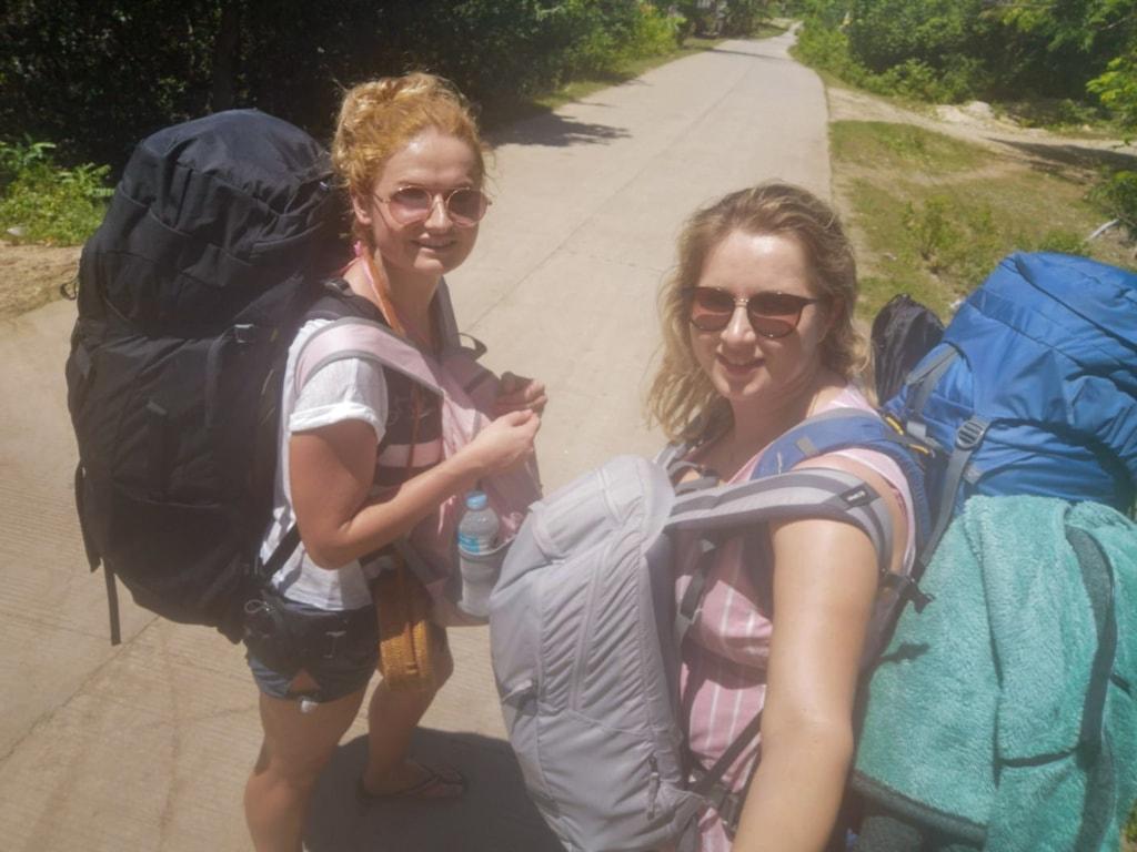 Rucksack-Touristinnen auf den Philippinen