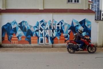 Das Wort Kathmandu ziert eine Hauswand in der nepalesischen Hauptstadt