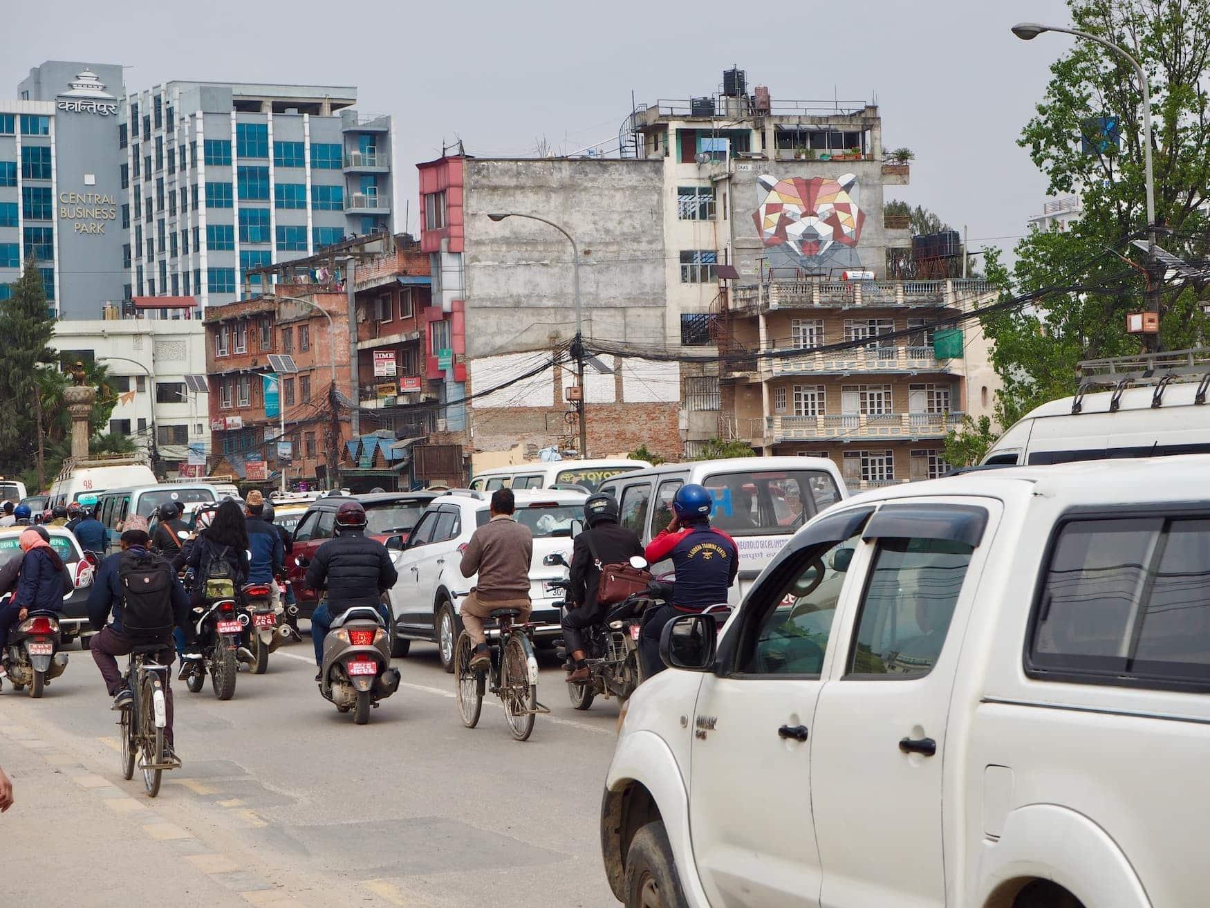 Trubelige STraße in der nepalesischen Hauptstadt Kathmandu