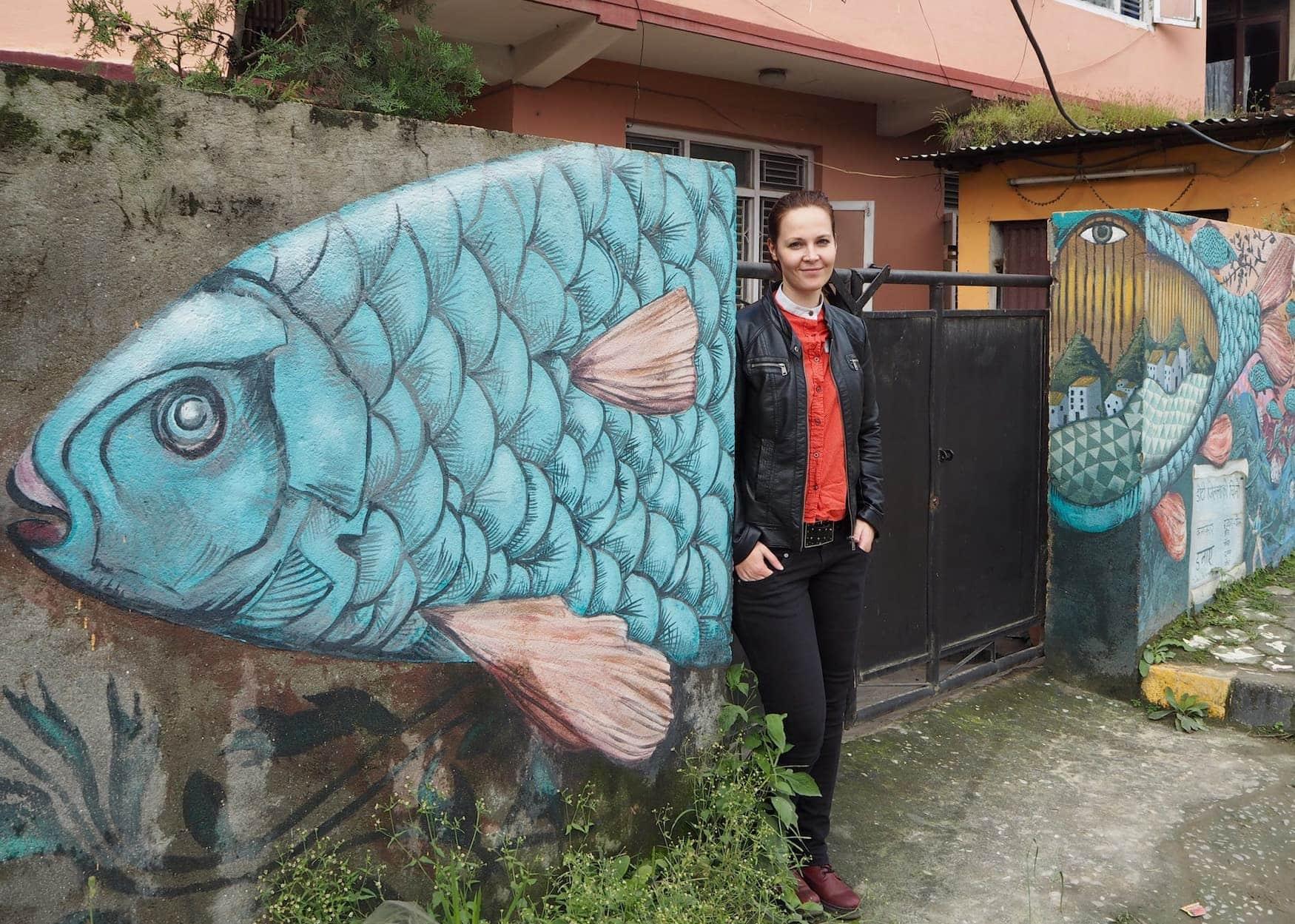 Kolumnistin Susanne vor Fisch-Grafitti in Nepal, Kathmandu