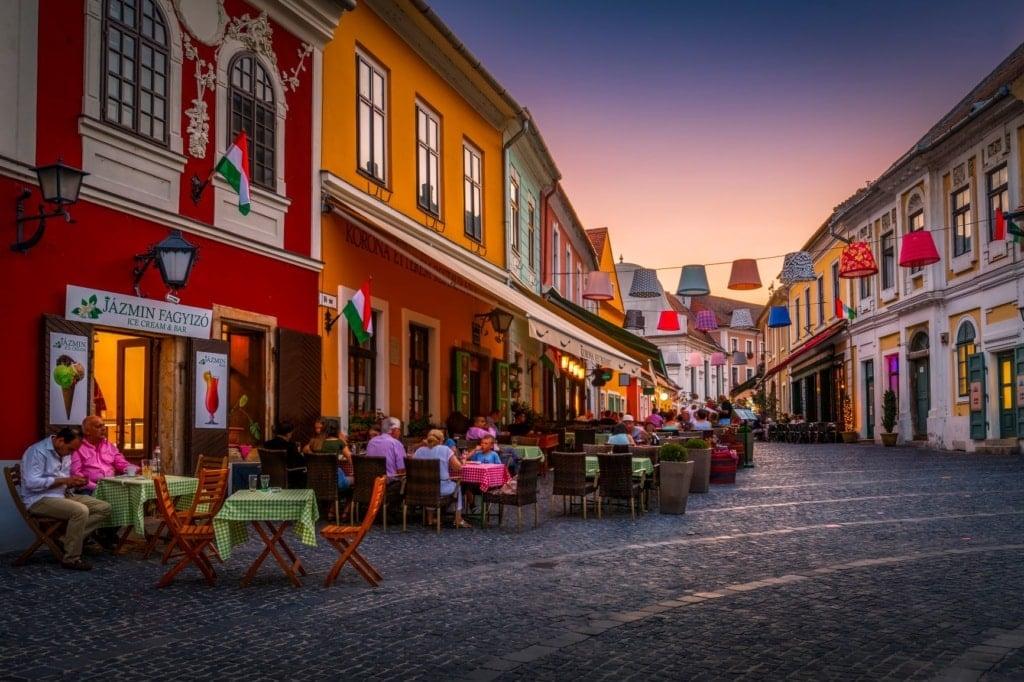 Restaurants in der Fußgängerzone in Szentendre, Ungarn