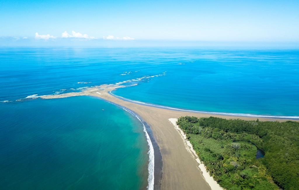 Blick auf die Walflosse im Marino Ballena Nationalpark in Costa Rica