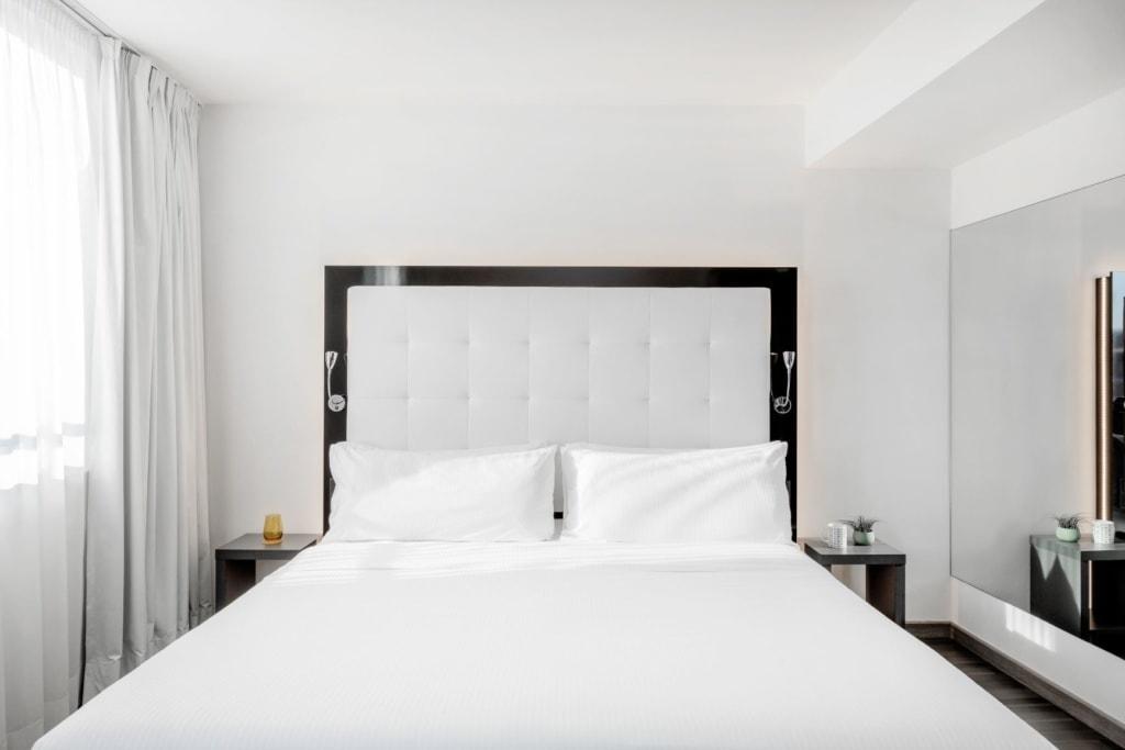 Bett im Zimmer des Innside Berlin Mitte