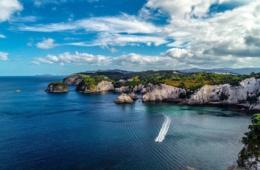 Kleine Inseln vor Festland in Neuseeland