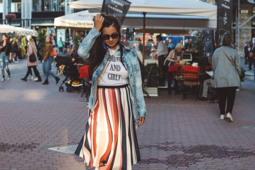 Junge Frau in der Fußgängerzone in Budapest