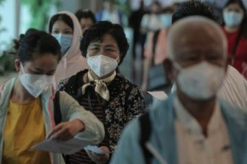 Touristen tragen am Flughafen Mundschutz als Vorsichtsmaßnahme gegen das Coronavirus.