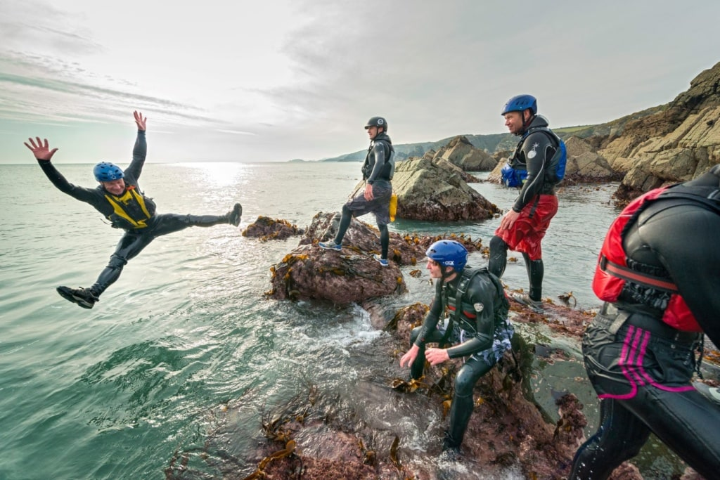 Outdoor-Unternehmungen in Wales: Coasteering in St. Davids