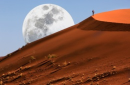 Dünenwanderung in der Namibwüste in Sossusvlei in Namibia