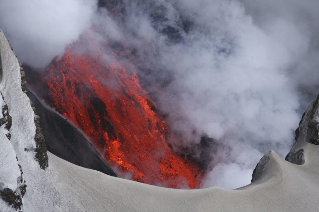 Vulkan auf Island, Lava, Dampf, Eis