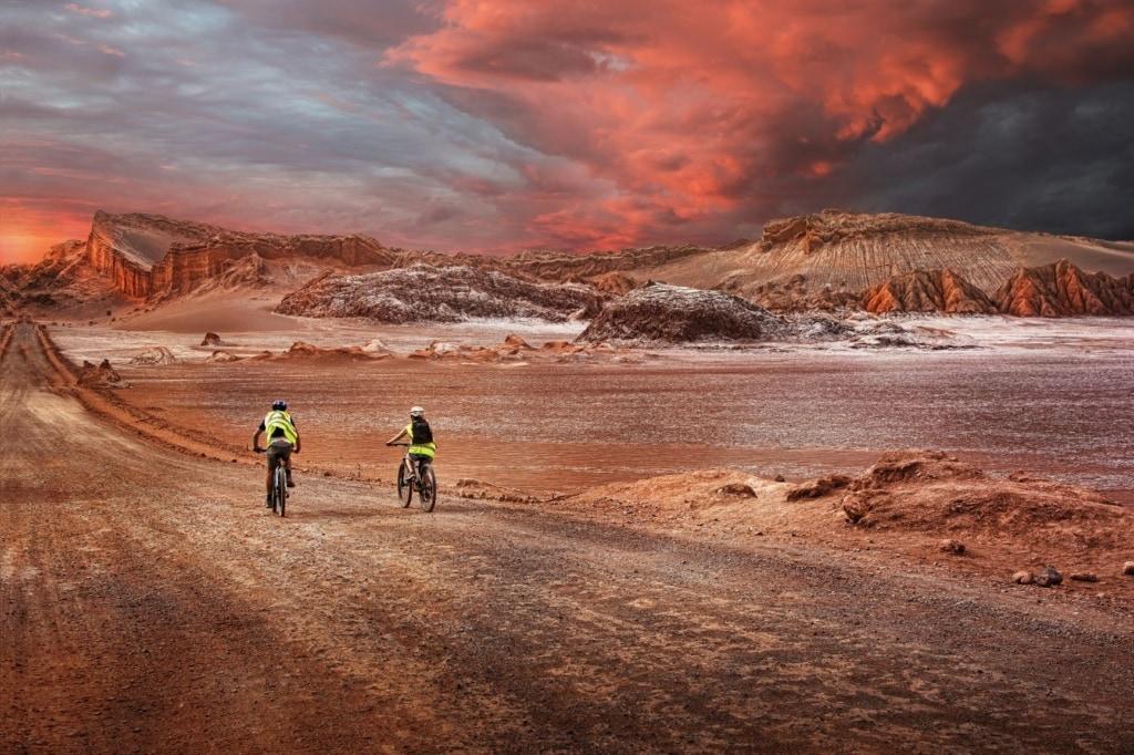Fahrradfahrer in der Atacama-Wüste in Chile