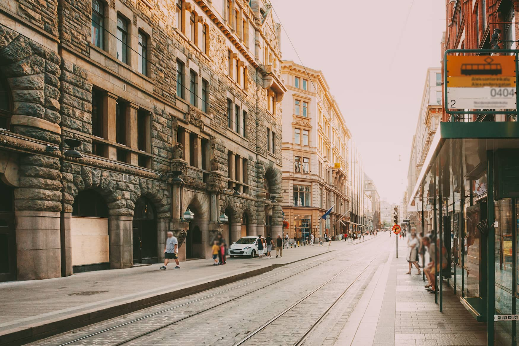 Alltag auf Einkaufsstraße in Helsinki, Finnland