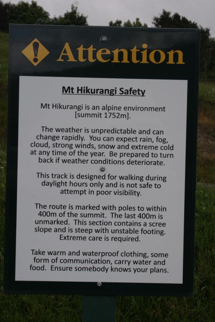 Das Warnschild beim Startpunkt der Wanderung zum Gipfel des Mount Hikurangi in Neuseeland zeigt: Der Gipfel hat es in sich.