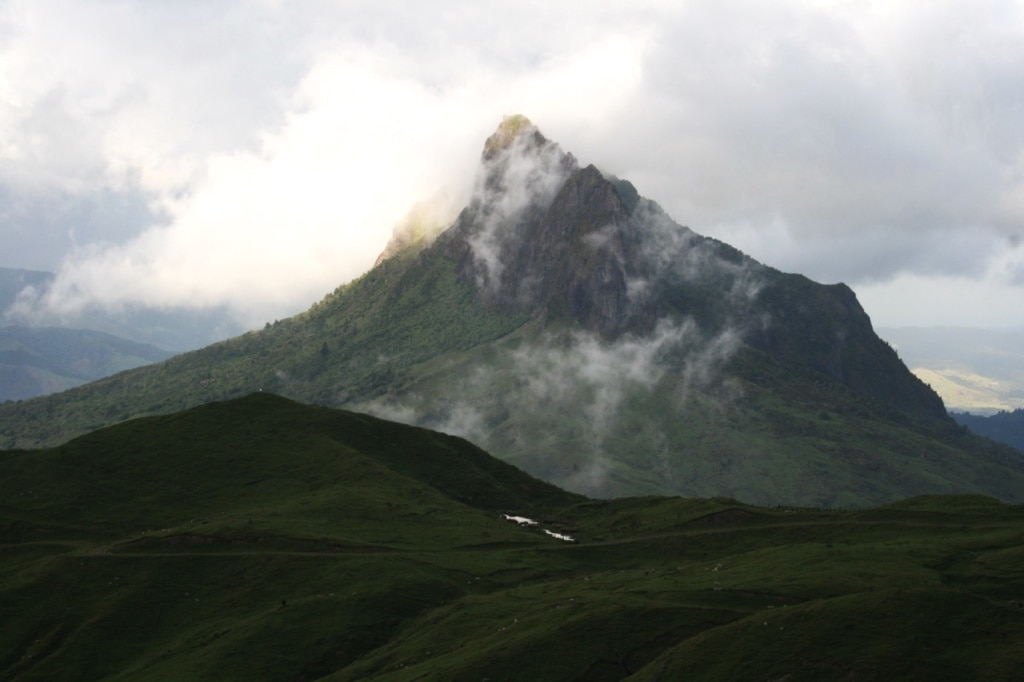 Die Wolken ziehen sich am Mount Hikurangi in Neuseeland dramatisch zu.