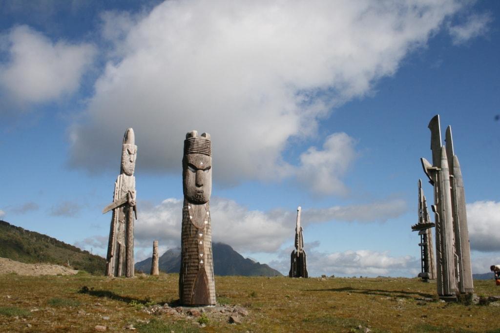 Eindrucksvoll wachen die Totempfäle am Gipfel des Mount Hikurangi.