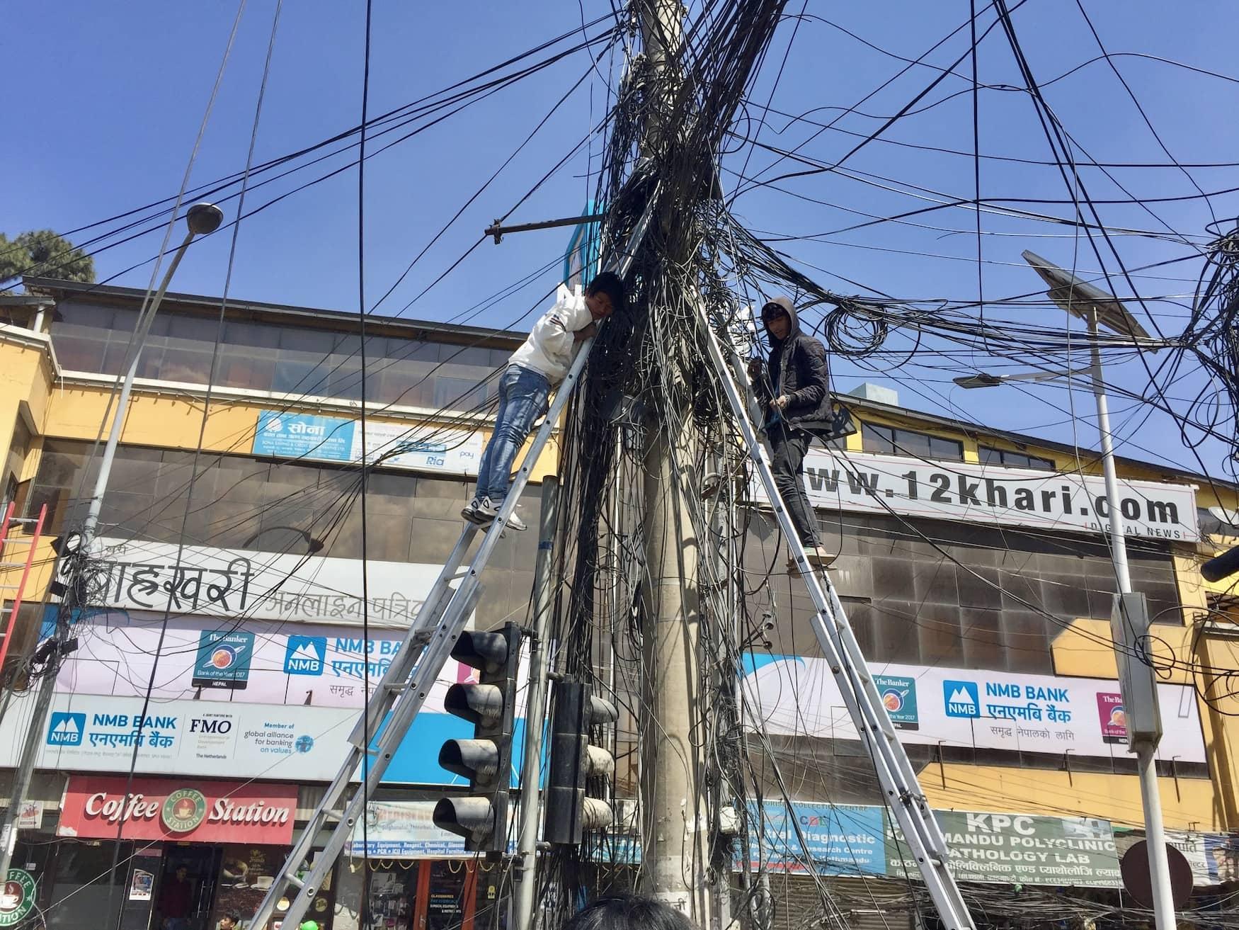 Kabel hängen über Ampel in nepalesischer Hauptstadt Kathmandu