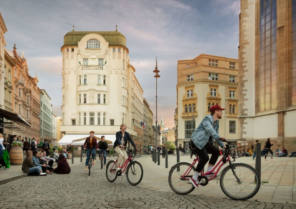 Fahrradfahrer auf dem Jakob-Platz in Brünn