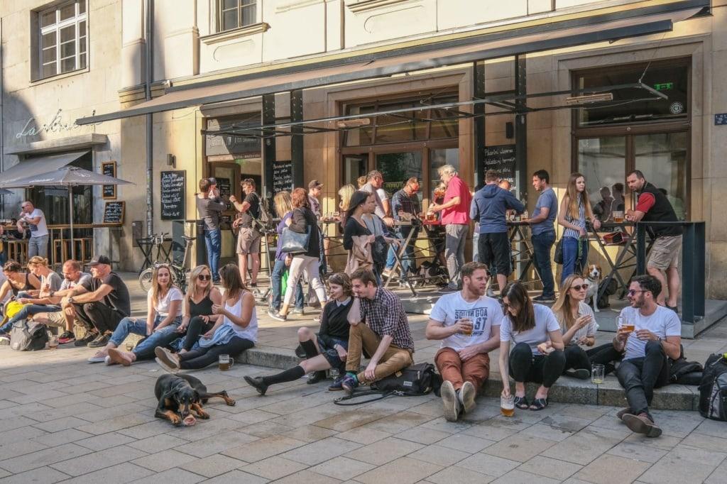 Junge Leute vor einer Bar auf dem Jakobplatz in Brünn, Tschechien