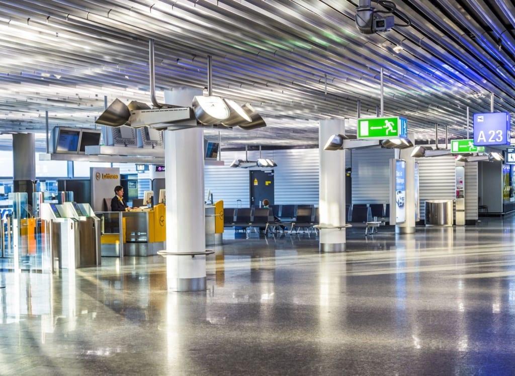 Menschenleerer Lufthansa-Schalter am Flughafen Frankfurt