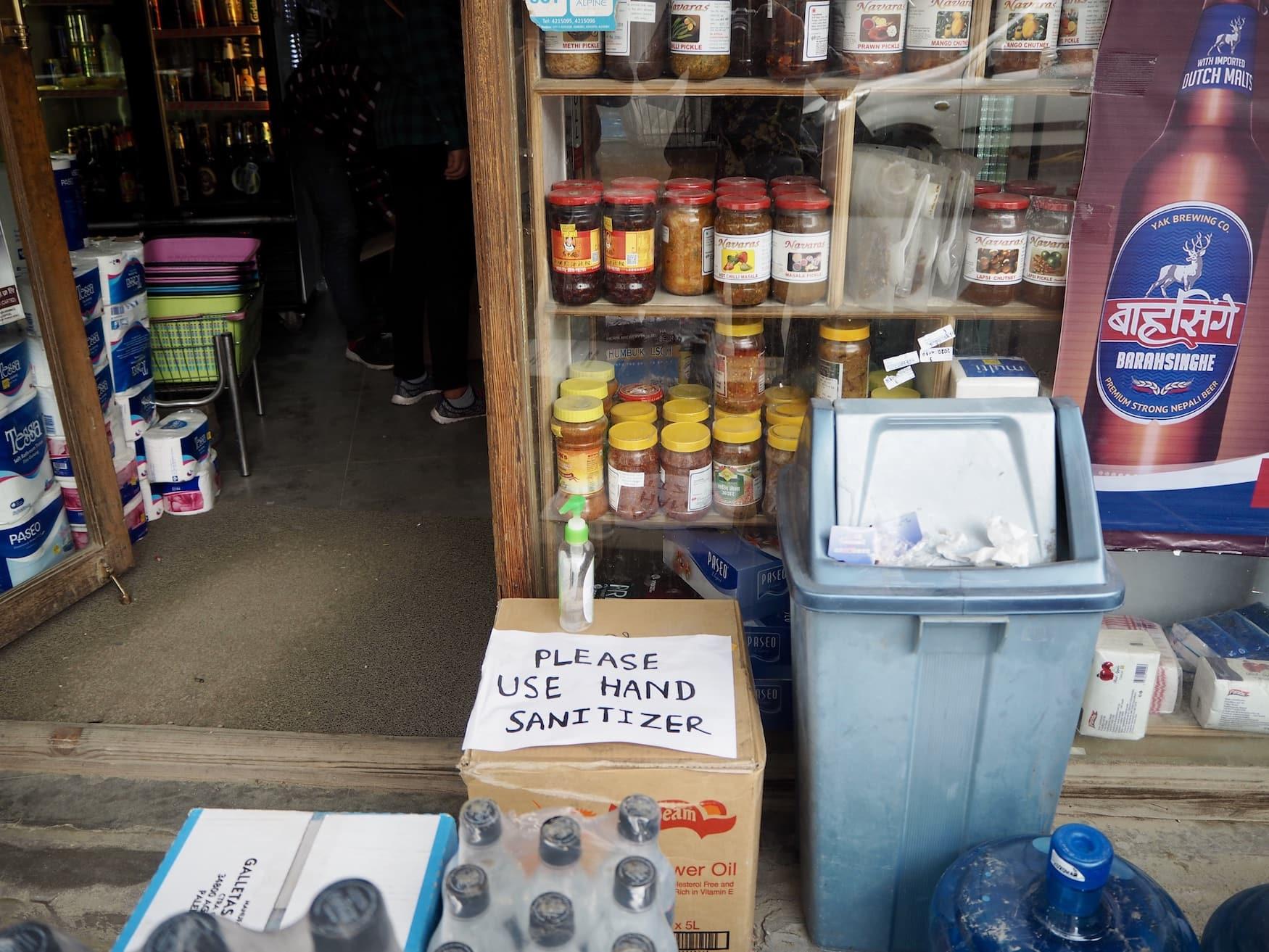 Aus Angst vor dem Coronavirus soll man sich in Nepal nun die Hände desinfizieren, bevor man einen Laden betritt.
