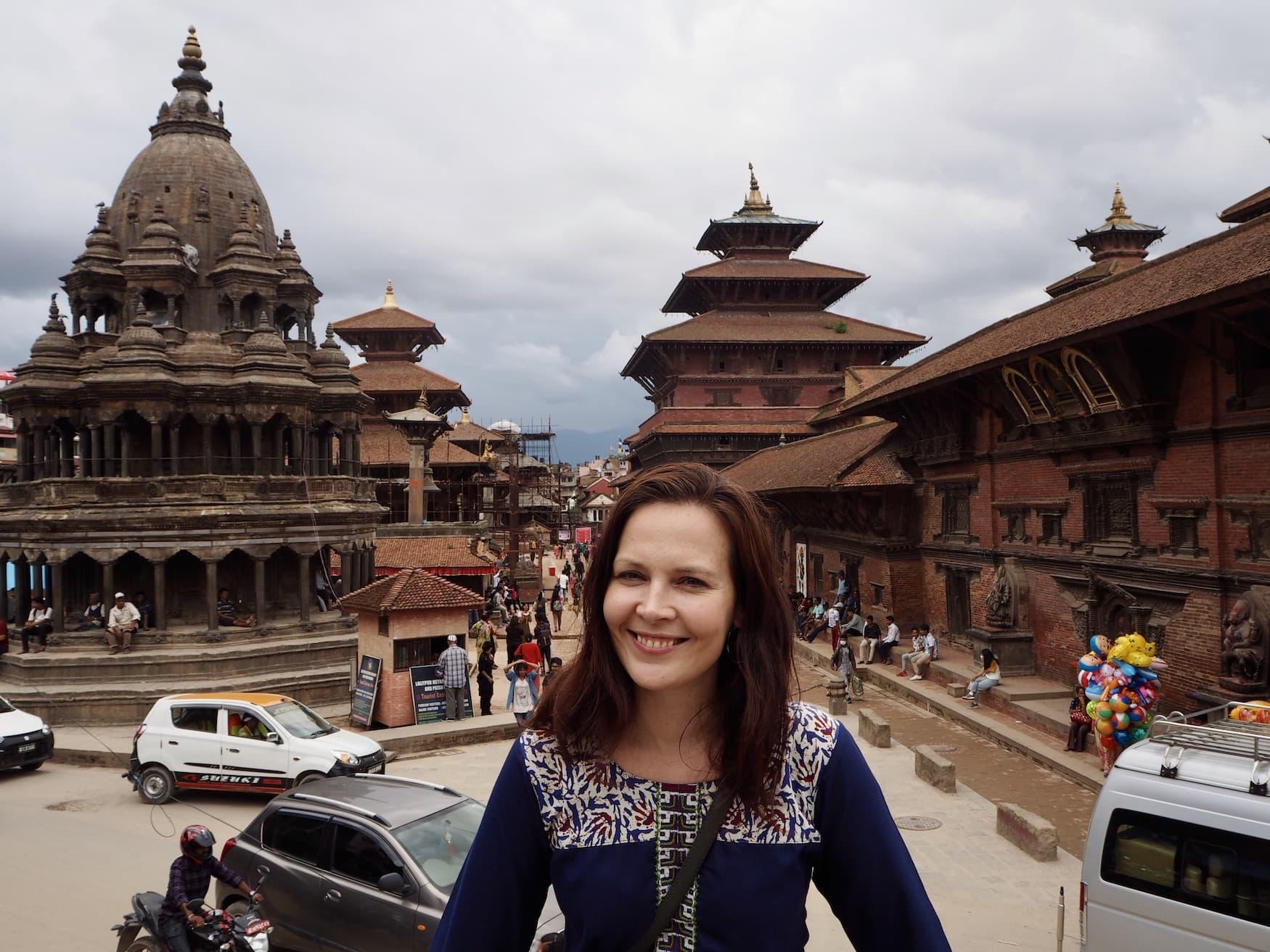 Autorin Susanne vor einem Tempel in Kathmandu