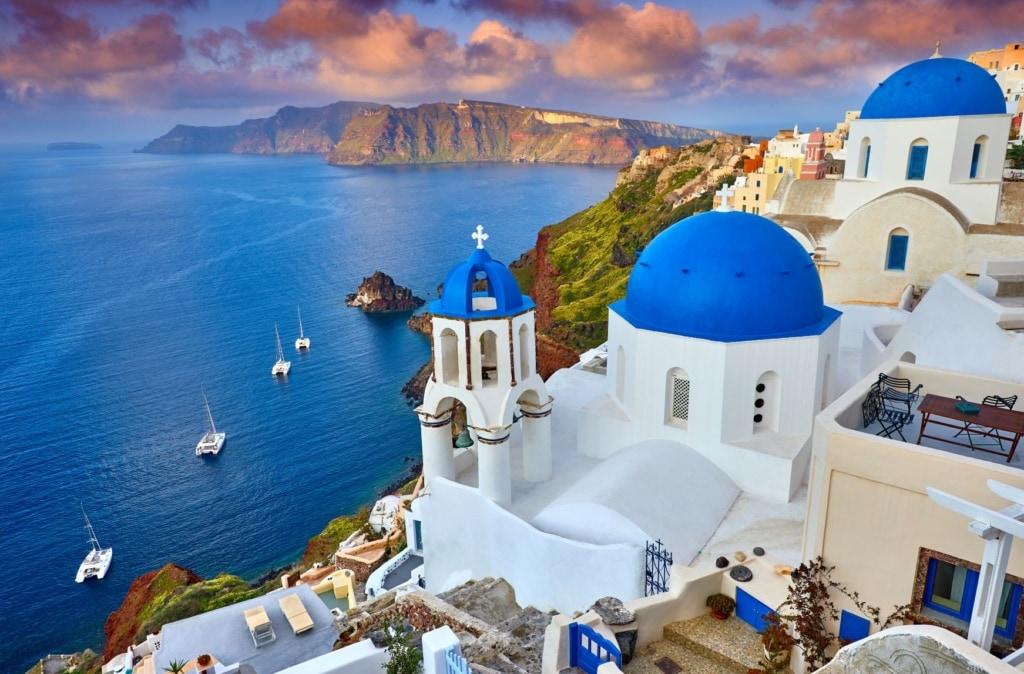 Blau-weiße Häuser auf Santorin in Griechenland