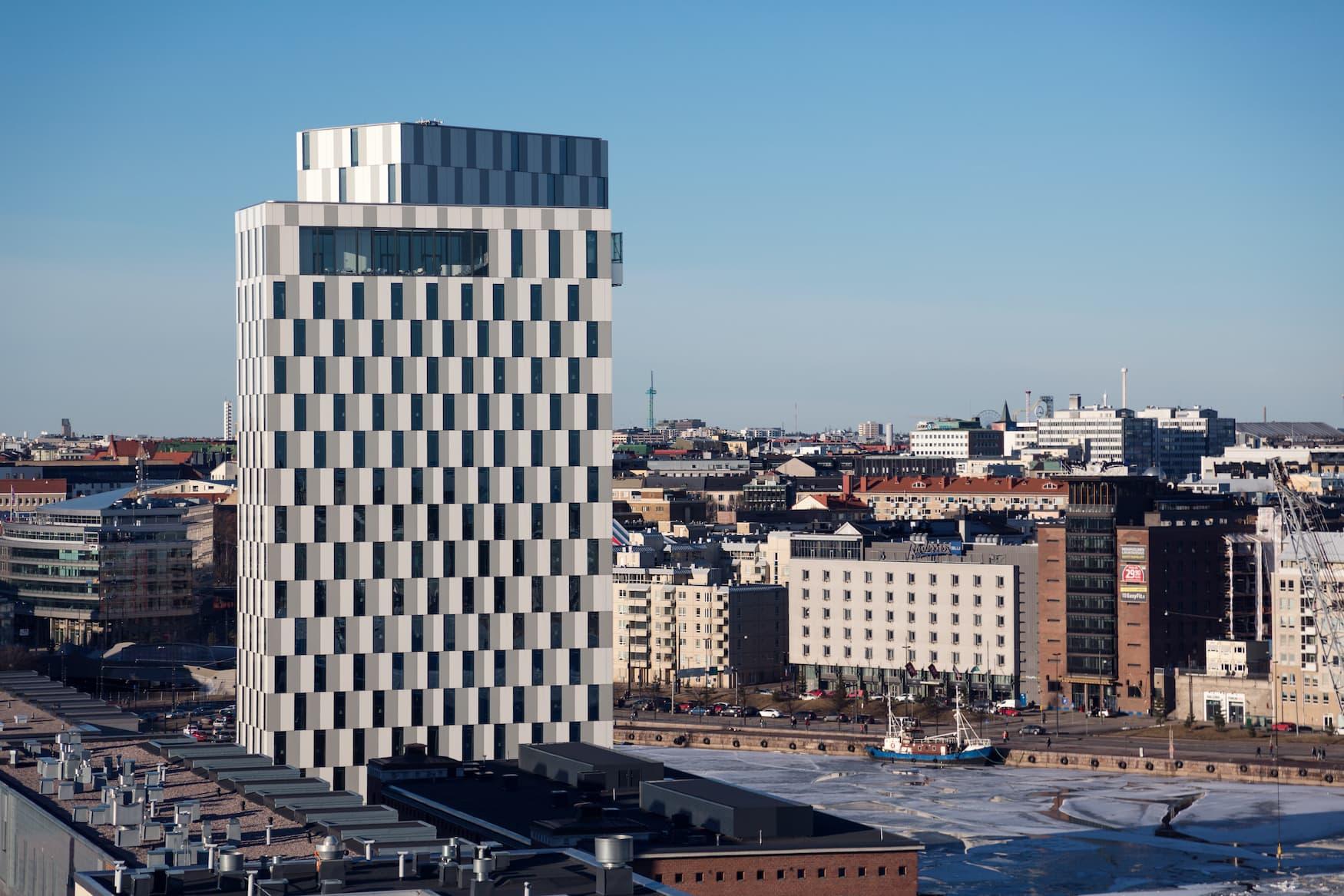 Das hohe Gebäude des Hotels fällt in der Skyline von Helsinki definitiv auf.
