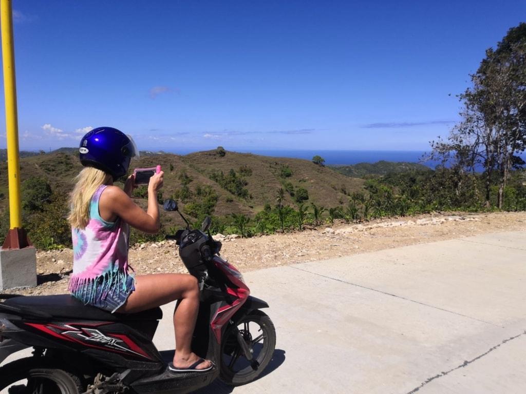 Touristin auf einem Roller auf der Insel Siquijor