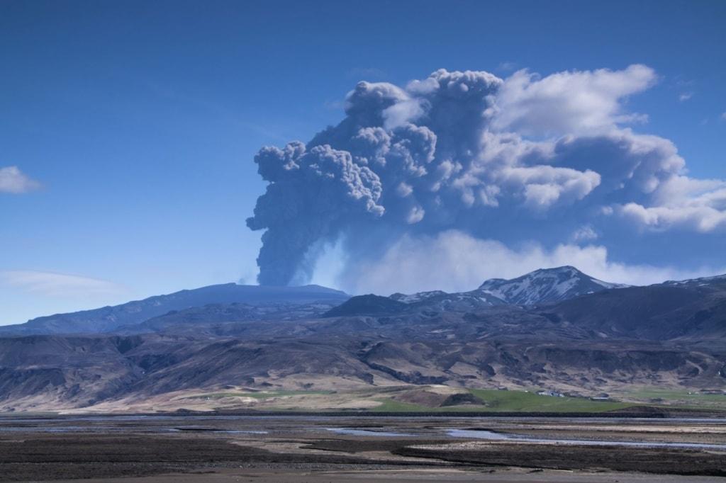 Vulkan auf Island, der Rauch in die Atmosphäre ausstößt