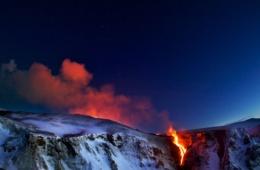 Lodernder Vulkan auf Island
