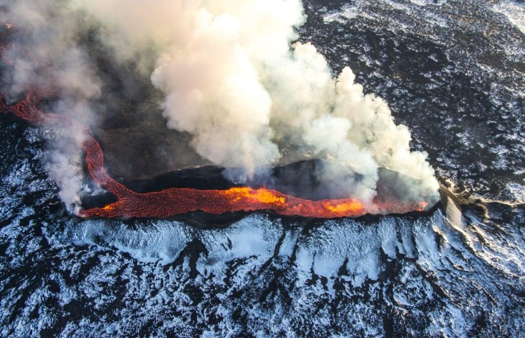 Vulkan auf Island, der Lava spuckt