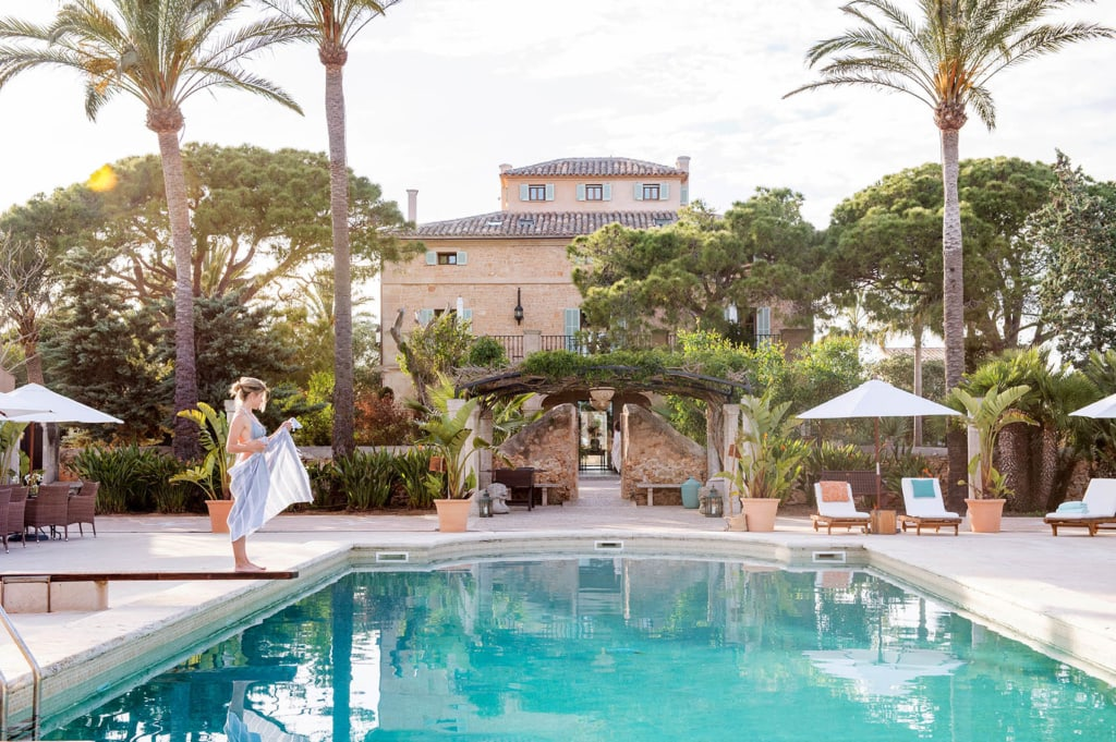 Die schönsten Hotelpools: Frau am Pool des Cal Reiet Holistic Retreat