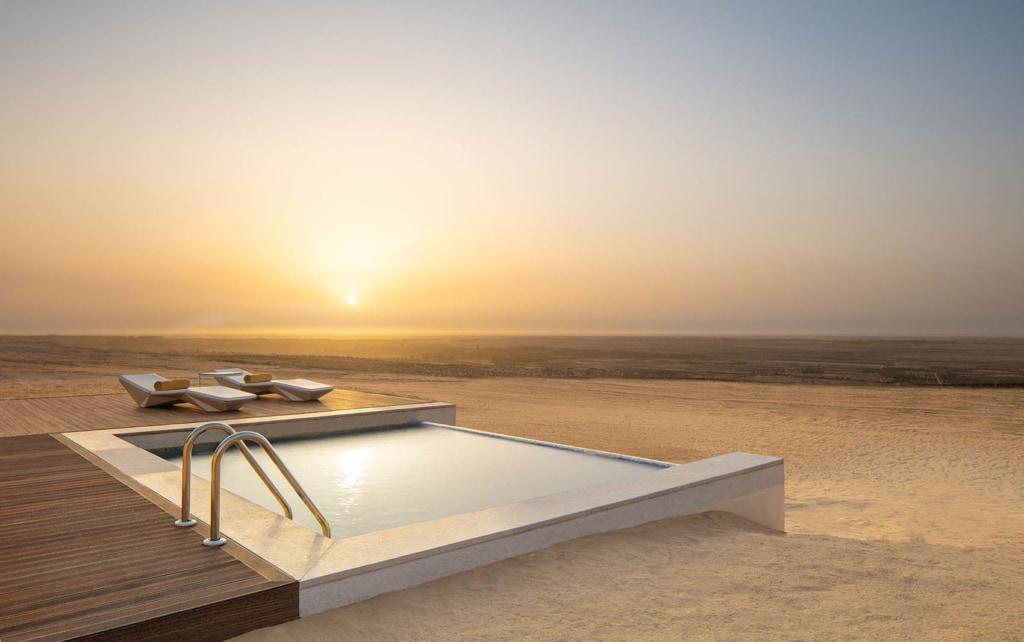Privater Pool einer Villa im Anantara Tzeur Resort in Tunesien. Mitten in der Wüste.